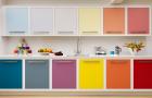 kuhinja sa šarenim elementima